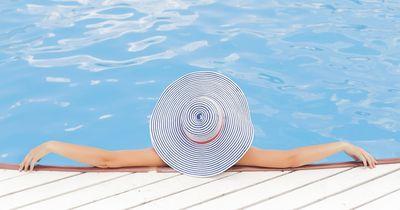 So schützt du deine Haare vor Chlorwasser