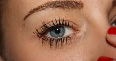 Das Ist das Geheimnis von Frauen mit schönen Wimpern: