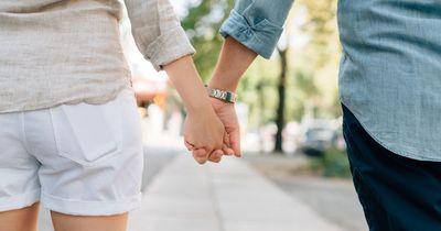 Das verrät die Art, wie ihr Händchen haltet, über eure Beziehung