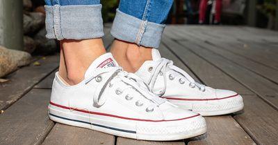 Mit DIESEN Tipps werden deine Sneaker wieder STRAHLEND weiß
