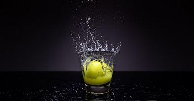 Deshalb solltest du viel häufiger warmes Zitronenwasser trinken