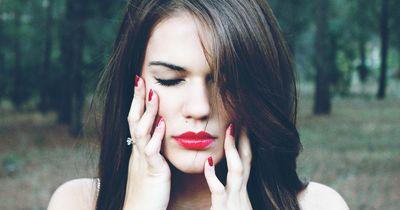 4 gute Gründe, warum du dir nicht mehr ins Gesicht fassen solltest