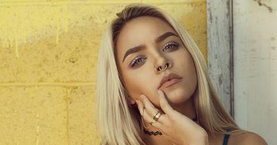 Dieser neue Piercing-Trend geht unter die Haut
