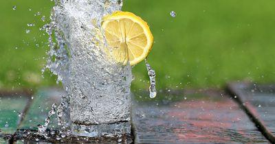 DAS passiert, wenn du 30 Tage lang nur Wasser trinkst
