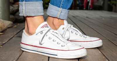 So bekommst du deine Schuhe wieder weiß wie am ersten Tag