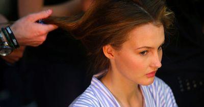 Das solltest du beim Friseur wirklich niemals tun