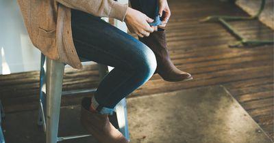 So kannst du zu enge Winter-Schuhe einfach weiten