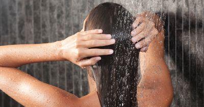 Richtig duschen für volles Haar und gesunde Haut