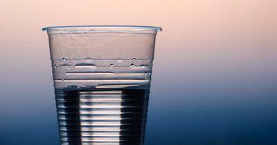 Diese Mineralwasser aus dem Handel sind verunreinigt