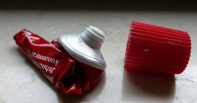 So bekommst du die Reste aus deiner Zahnpasta-Tube!