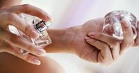 An diesen Körperstellen hält dein Parfüm am längsten