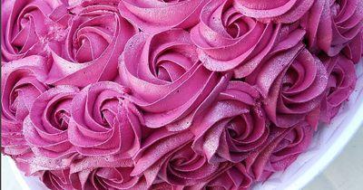 Dieser Rosen-Kuchen ist ein Traum, doch der Inhalt ist fast noch besser!