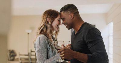 Das tun Frauen in einer neuen Beziehung