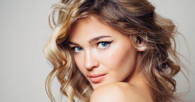 So solltest du dich mit blauen Augen schminken