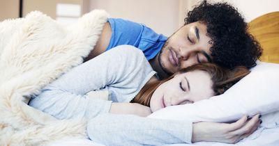 Diese Einschlafrituale haben zufriedene Paare