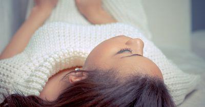 Du solltest jede Nacht auf deiner linken Seite schlafen. Das ist der Grund:
