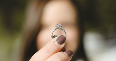 Krass: So entdeckte eine Frau, dass ihr Fake-Diamant-Ring echt ist